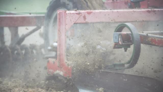 vidéos et rushes de herses agricoles travaillant dans le domaine. - seigle grain