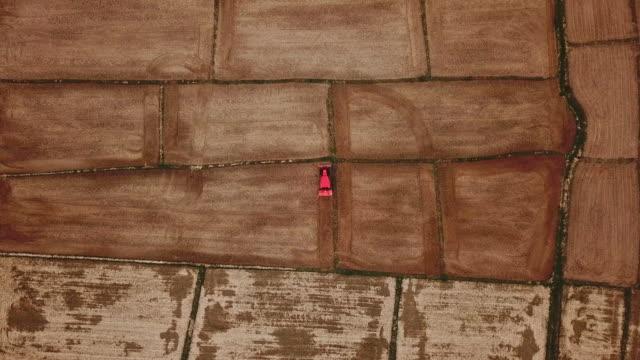 농경트랙터 경유장 농경지 테라스 밀밭 여름건기, 조망 - 정확성 스톡 비디오 및 b-롤 화면