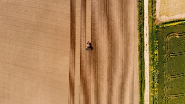 jordbruks traktor plöja fältet - drönarperspektiv bildbanksvideor och videomaterial från bakom kulisserna