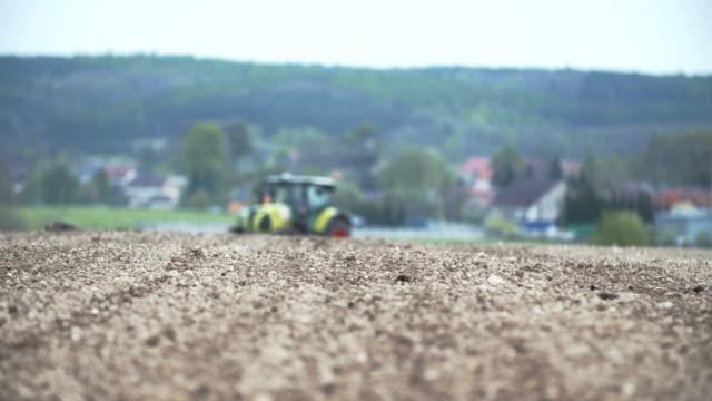 vidéos et rushes de tracteur agricole travaillant sur le terrain. - seigle grain
