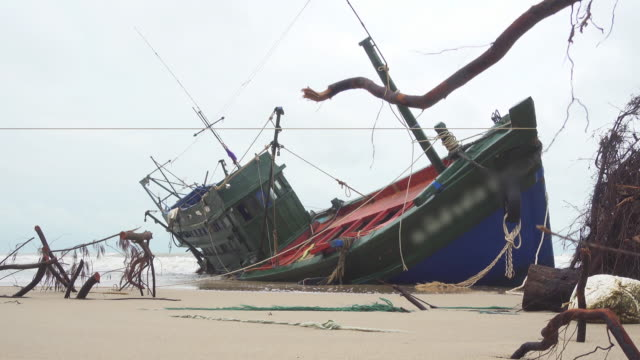 aground boat video