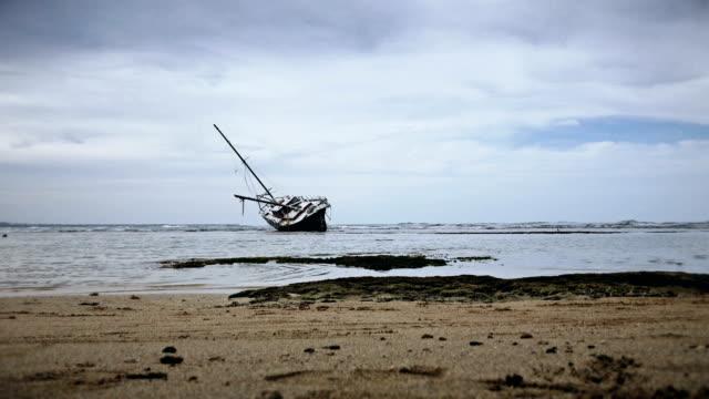 aground boat. - кораблекрушение стоковые видео и кадры b-roll