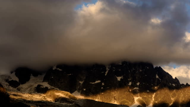 aguille du dru alpenglow tramonto - monte bianco video stock e b–roll