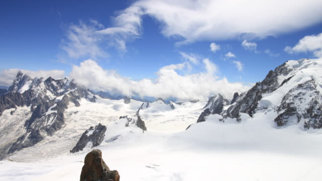 aiguille du midi vista italia 4 k - monte bianco video stock e b–roll