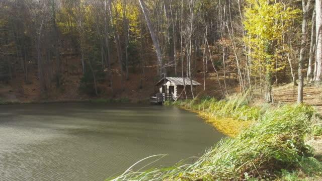 vídeos de stock e filmes b-roll de ainfrance.kgm com sol sobre o lago de floresta - isolated house, exterior