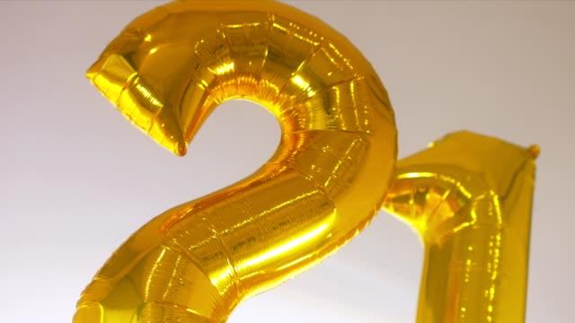 vídeos de stock, filmes e b-roll de balões de ar cu em forma de voo de número 21 no ar, conceito de celebração de aniversário - 20 24 anos