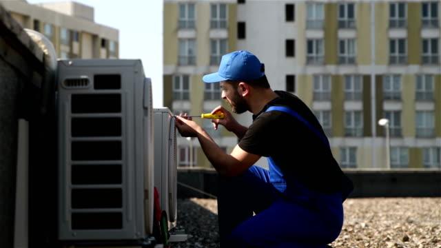 installation av luftkonditioneringen-4k-upplösning - kroppsarbetare bildbanksvideor och videomaterial från bakom kulisserna
