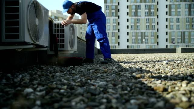 vídeos de stock, filmes e b-roll de serviço de ar condicionado-resolução 4k - ar condicionado