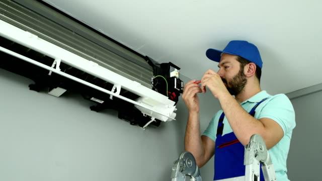 klima servisi - 4k çözünürlük - teknisyen stok videoları ve detay görüntü çekimi