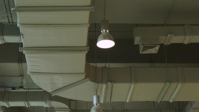 ventilationsrör i luftkanalen på taket av byggnad - ventilation bildbanksvideor och videomaterial från bakom kulisserna