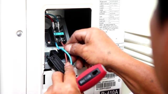 hava mekanik vidalı kablo elektronik sürüş için install kompresör hava müşterinin evde tel. - pervane stok videoları ve detay görüntü çekimi