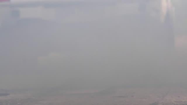 crisi inquinamento atmosferico in città da tubo scarico veicoli diesel su strada - truck tire video stock e b–roll