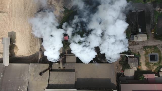 stockvideo's en b-roll-footage met luchtvervuiling van de fabriek, luchtfoto - schoorsteen