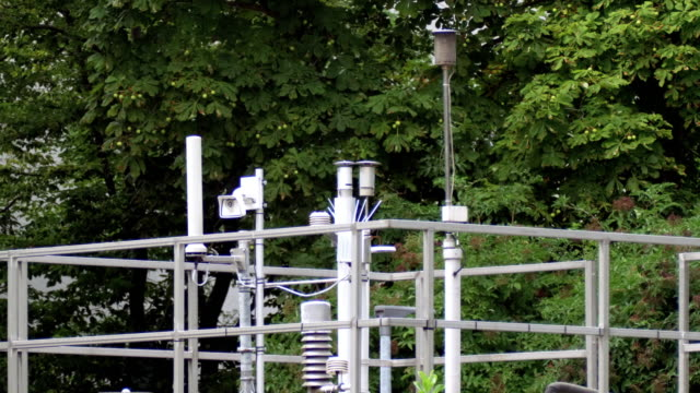 luftqualität micro climate monitoring system (carbon monitoring) in der stadt - medizinisches untersuchungsgerät stock-videos und b-roll-filmmaterial