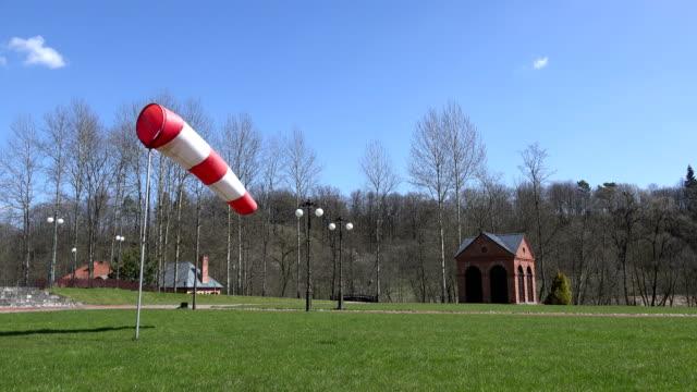 air sleeve windsock show direction of wind in park. 4k - rękaw filmów i materiałów b-roll