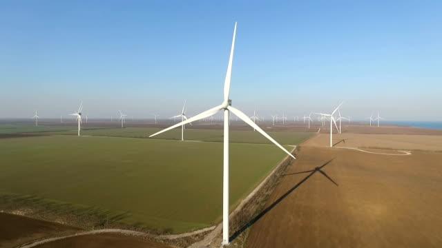 Luftvermessung von Winderzeugern in Feldern – Video