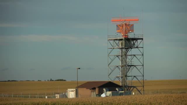 Air Traffic Radar am Flughafen umgeben von einem Cornfield – Video