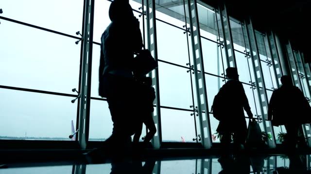 air travelers walking in corridor - пешеходная дорожка путь сообщения стоковые видео и кадры b-roll