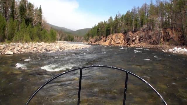 airboat airglider 山の川 temnik にあります。 - 自然旅行点の映像素材/bロール