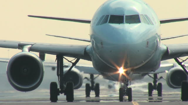 taksówki samolot airbus a320 zbliżenie - lądować filmów i materiałów b-roll
