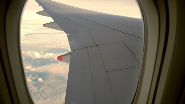 flugzeug-kabine-fenster-sonnenuntergang - innerhalb stock-videos und b-roll-filmmaterial