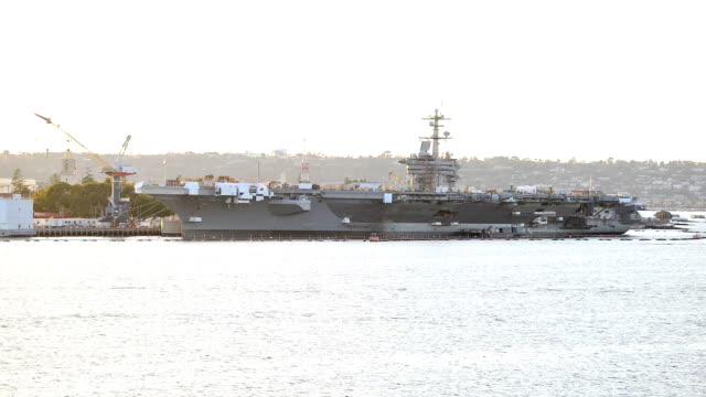 portaerei attraccato blu marino pier un san diego. san diego blu marino pier è un grande noi navale base - antsiranana video stock e b–roll
