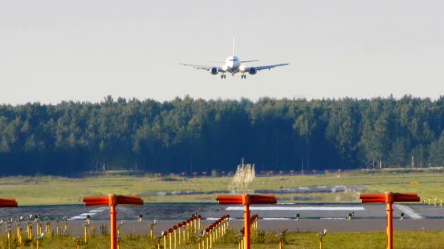 HD - aircraft landing (Boeing 737-500) video