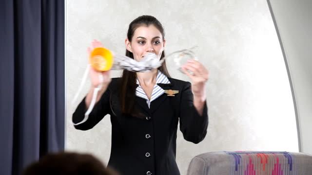 airline flugbegleiterin-sauerstoff-maske - sauerstoff stock-videos und b-roll-filmmaterial