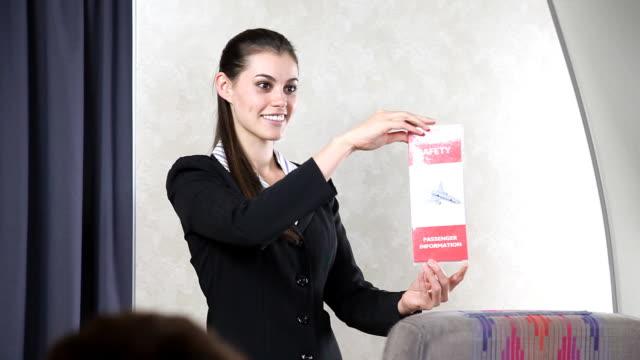 vídeos y material grabado en eventos de stock de vuelo camarero de la tarjeta de seguridad - viaje en primera clase