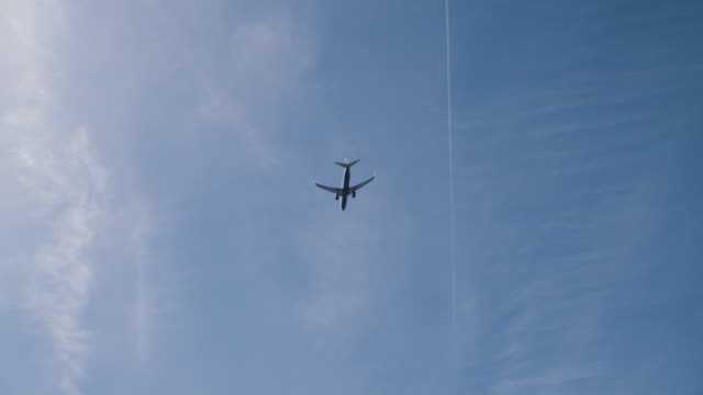旅客機出発 - ローアングル点の映像素材/bロール