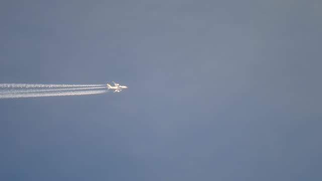 高く飛ぶ旅客機 ビデオ