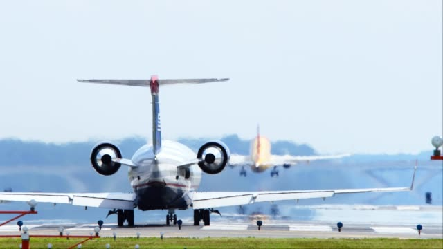 airliner landing slo-mo 4k - anidride carbonica video stock e b–roll