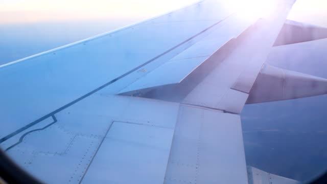 airliner wing raises flaps to prepare for landing - battere le ali video stock e b–roll