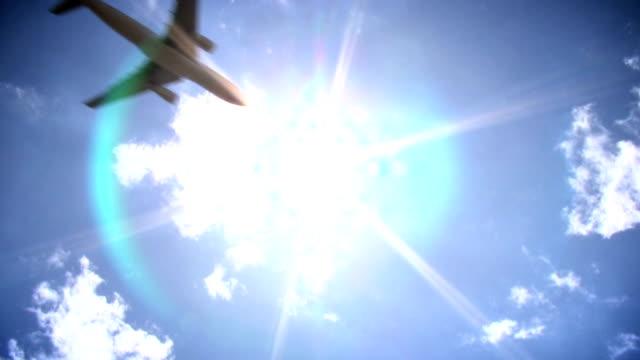 vidéos et rushes de avion en face du soleil - vue en contre plongée verticale