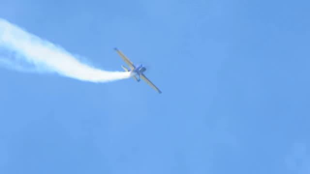 acrobatica aerea maneuvres aereo - acrobazia video stock e b–roll