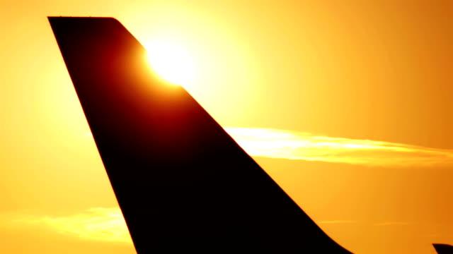 vidéos et rushes de avion contre l'aube séquence - nageoire caudale