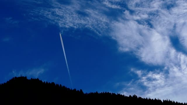 airplane and clouds passing top of the hill in the morning - stato federato del tirolo video stock e b–roll