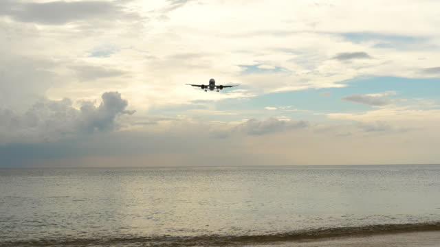 flugzeug nähert sich über meeresstrand - indochina stock-videos und b-roll-filmmaterial