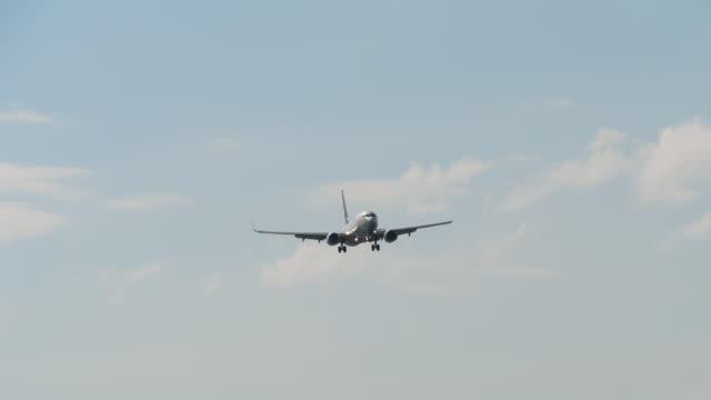 海上に接近する飛行機 ビデオ