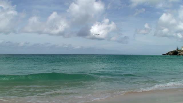 aeroplano spiaggia saint maarten - saint martin caraibi video stock e b–roll