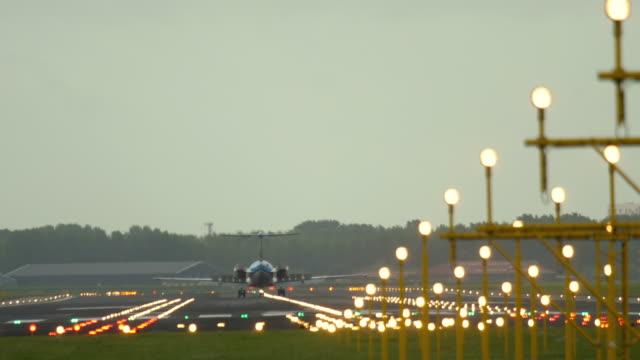 stockvideo's en b-roll-footage met het remmen van het vliegtuig na het landen op baan - schiphol