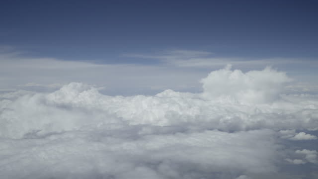vídeos de stock, filmes e b-roll de avião cockpit vista timelapse cumulus nuvens - céu claro