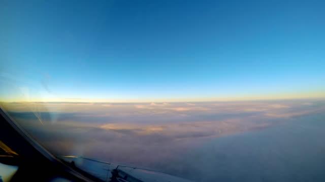 vídeos de stock, filmes e b-roll de avião cockpit vista timelapse do sol nuvens - céu claro