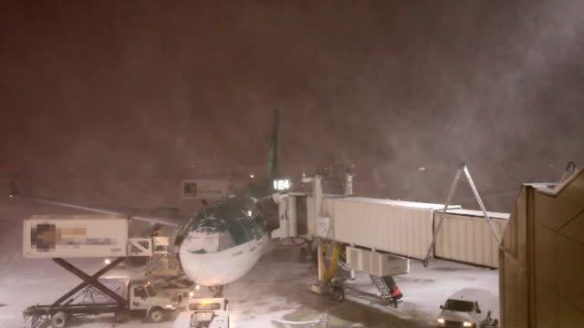 vídeos y material grabado en eventos de stock de avión cubierto de nieve: ventisca - 2015