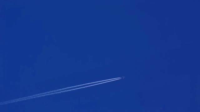 Airplane disappearing vapor trails video