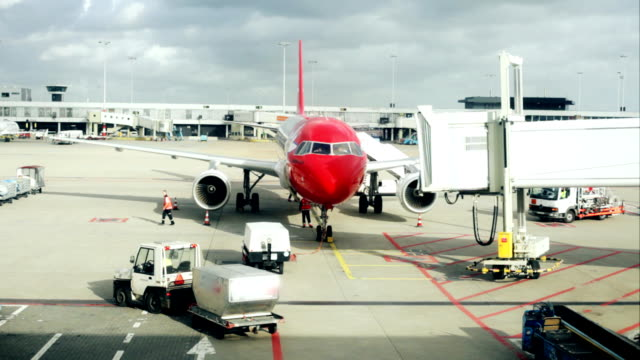 stockvideo's en b-roll-footage met airplane docking - airport pickup