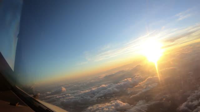 Voo de avião. Cabina do piloto de um avião que voa acima das nuvens com céu do por do sol. - vídeo