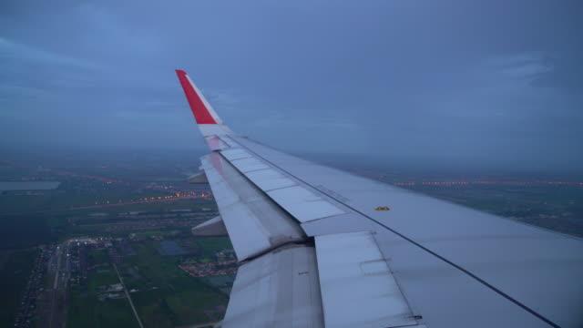 flygplan som flyger över molnet och staden - djurlem bildbanksvideor och videomaterial från bakom kulisserna