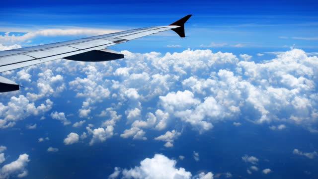 Avión volando sobre la nube - vídeo