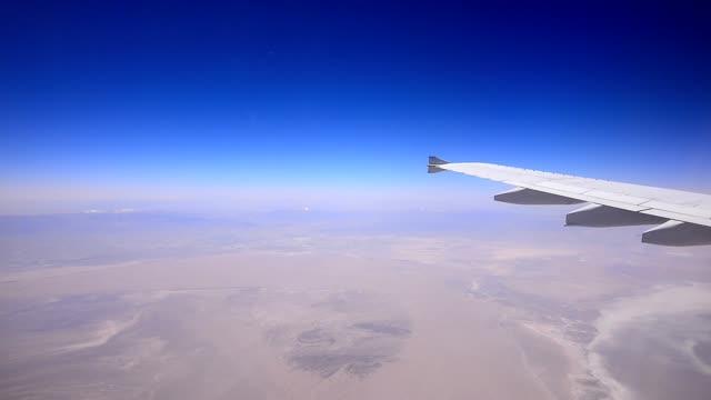 在沙漠上空飛行的飛機 - 德黑蘭 個影片檔及 b 捲影像